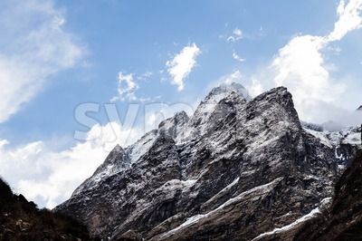 Scenic mountain peaks of the Himalayan range on the way to Annapurna Base Camp, Nepal Stock Photo