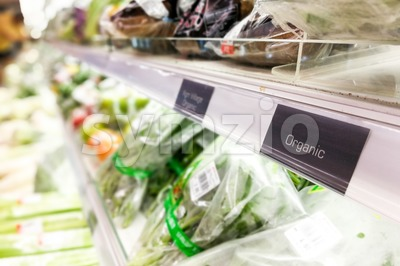 Organic food signage on modern supermarket vegetable aisle Stock Photo