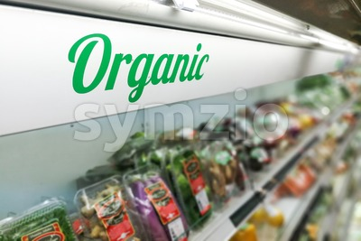 Organic food signage on modern supermarket fresh produce vegetable aisle Stock Photo
